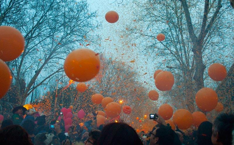 En plena taronjada, guerra de confettis y globos