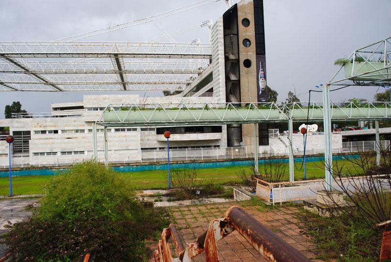 El edificio del Auditorio Municipal Rocío Jurado, es enorme y hermoso en medio de un terreno con chatarra y monte