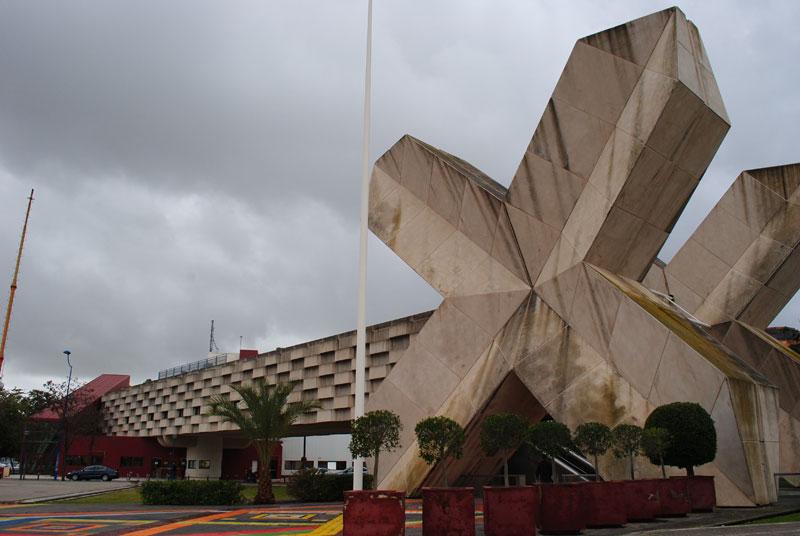 El pabellón de México, colorido, con aspecto de abandono alrededor