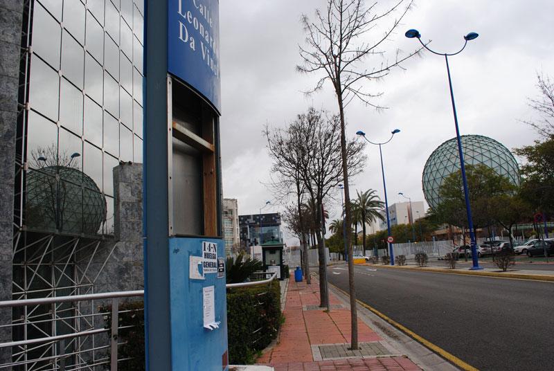 Monolitos de señalización abandonados. Al fondo la Esfera Bioclimatica de Expo Sevilla 92
