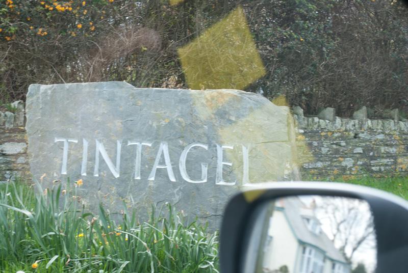 Casitas blancas bien arregladas a lo largo de una calle estrecha y una gran piedra con el nombre TINTAGEL nos dio la bienvenida