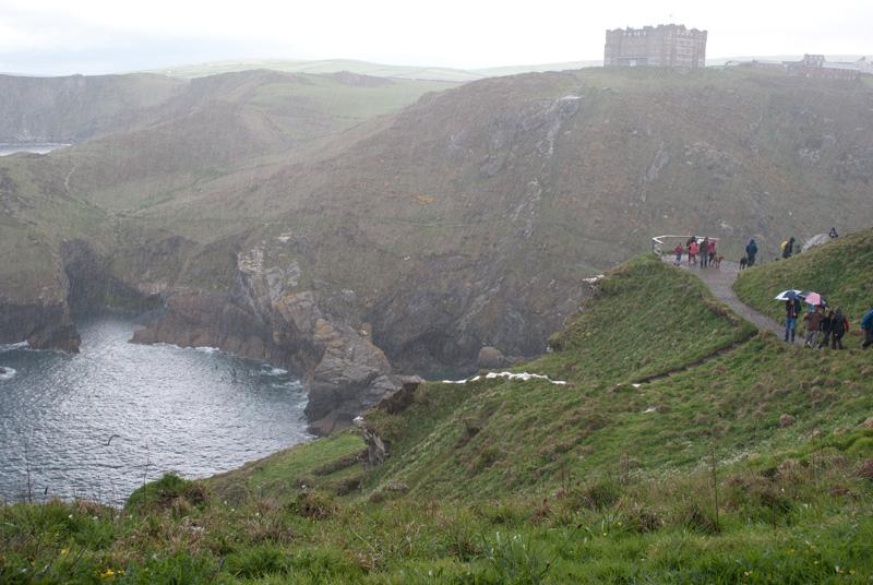 La vista del hotel al borde del acantilado, desde nuestro refugio