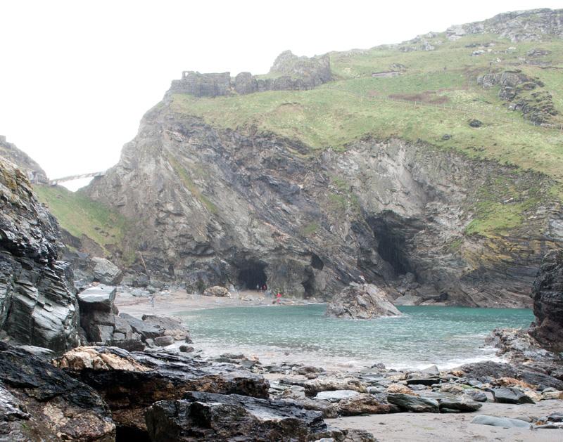 Castillo y cuevas antes de la subida de la marea