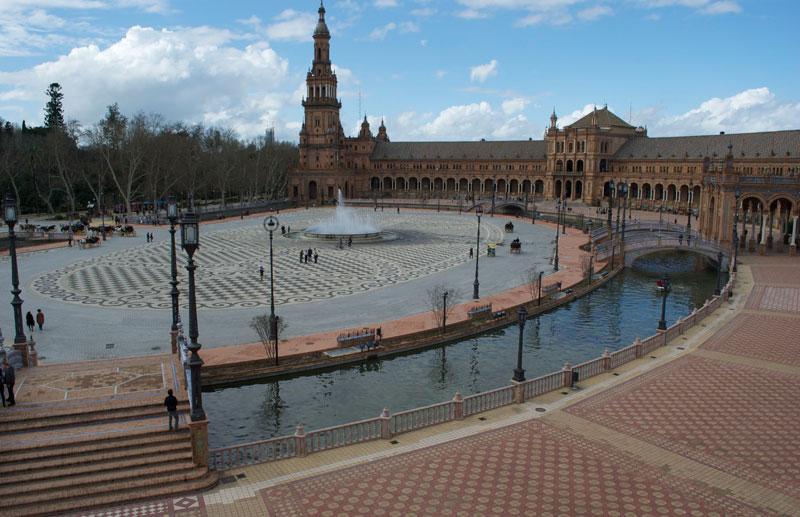 Desde la segunda planta se puede admirar una vista general de la Plaza España y sus suelos en mosaico