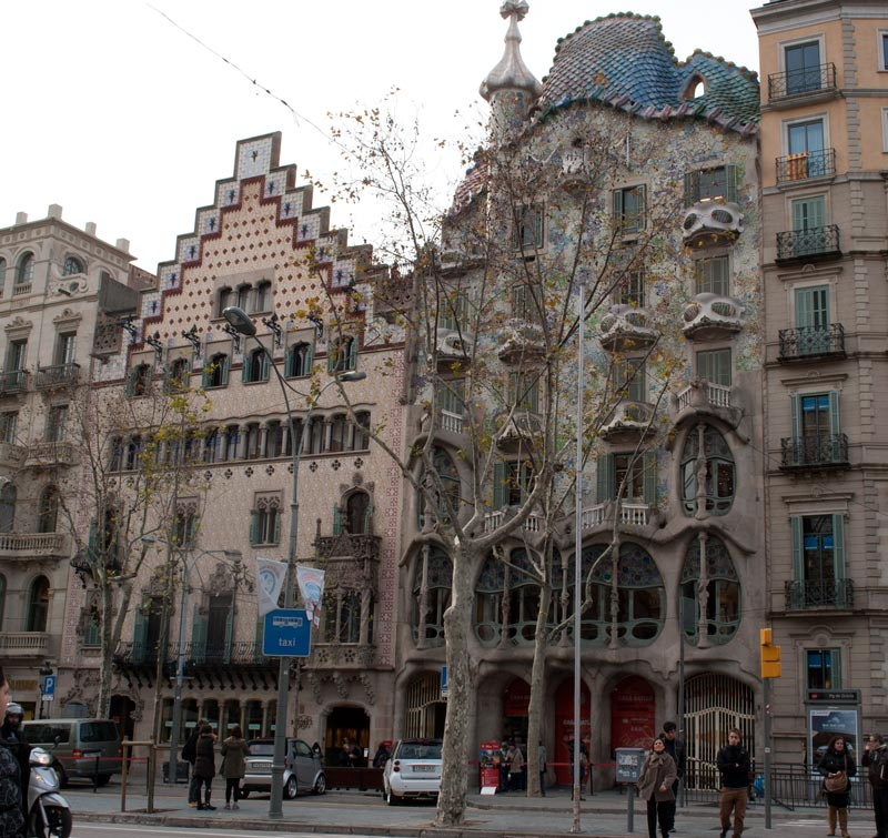 A very hopeless photo of La Casa Batllò (right). But personally is awesome.