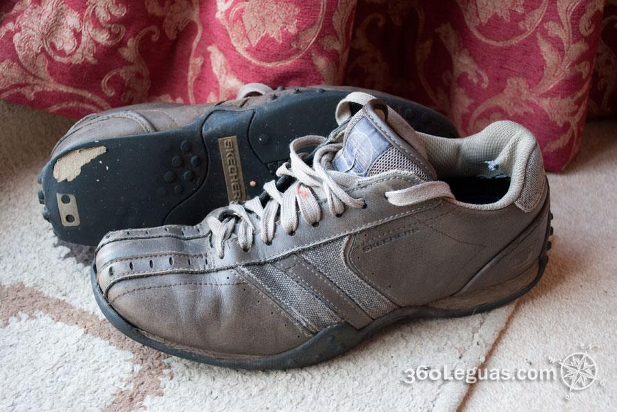 Los zapatos de caminar de Oscar marca Sketchers