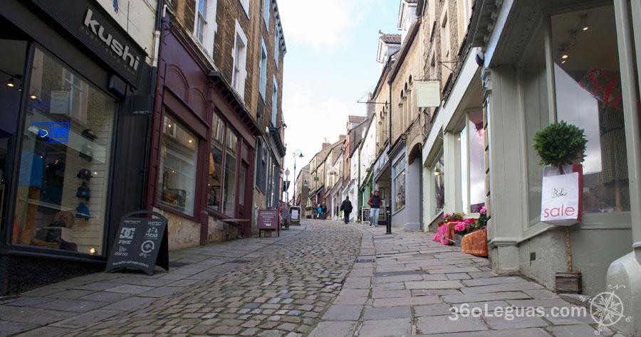 Exclusiva calle de St Catherine Hill en Frome, Inglaterra