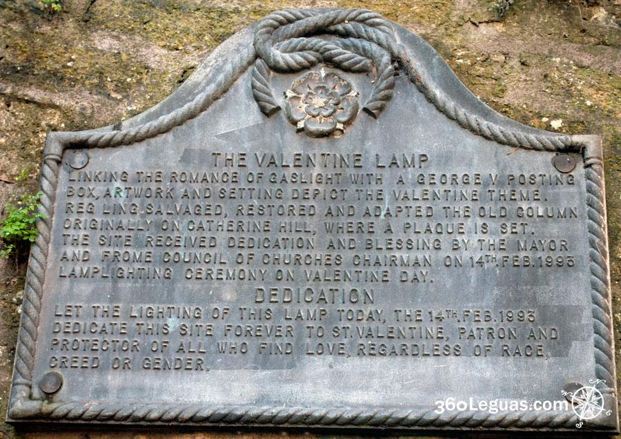 Bronce que indica la fecha de restauración de la plaza del farol de San Valentín