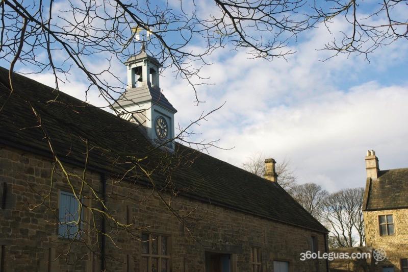 En los antiguos edificios de servicios hoy en día vive el personal de conservación de la propiedad